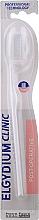 Voňavky, Parfémy, kozmetika Pooperačná zubná kefka, jemná 7/100, biela - Elgydium Clinic 7/100