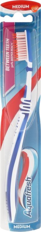 Zubná kefka strednej tvrdosti, modrá - Aquafresh Between Teeth Medium
